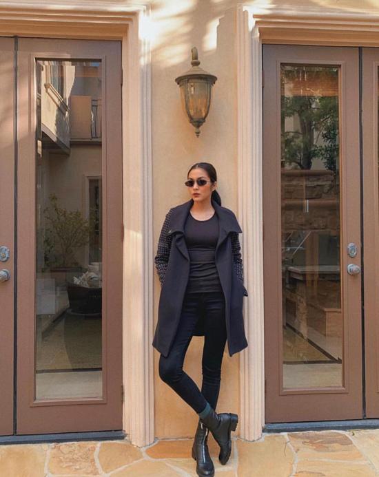 Sở hữu một thương hiệu thời trang riêng nên Tăng Thanh Hà không ngừng cập nhật các xu hướng về màu sắc, họa tiết mới. Tuy nhiên, fan hâm mộ dễ dàng nhận thấy, tôn đen là gam màu được nữ diễn viên ưa chuộng nhất.