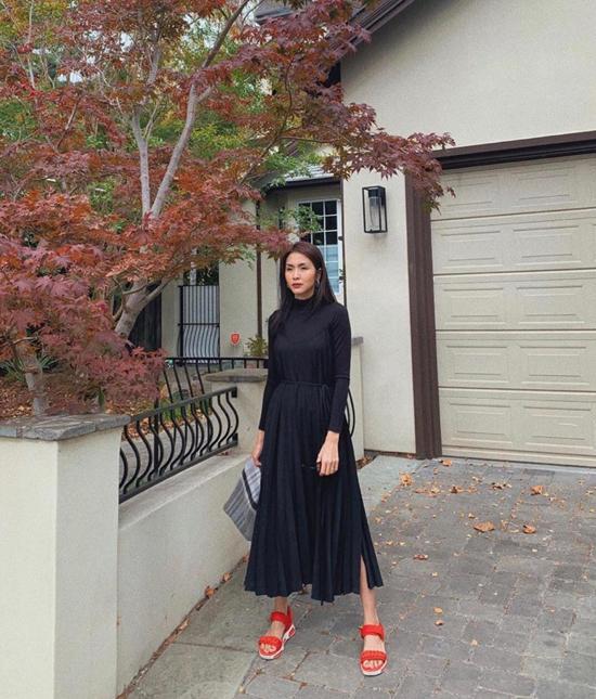 Ngoài quần jeans, áo thun tiện dụng, nữ diễn viên còn sử dụng thêm nhiều mẫu váy hợp mốt, hợp mùa.