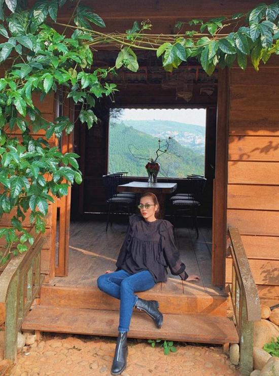 Áo bluse trang trí bèo nhún nhẹ nhàng được Tăng Thanh Hà kết hợp cùng quần skinny tông xanh cổ điển. Cô hoàn thiện set đồ đi du lịch trên phố núi Đà Lạt bằng đôi bốt hài hòa sắc màu.