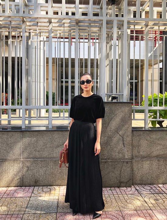 Bên cạnh việc chọn lựa kiểu dáng để tăng sức hút cho trang phục đen, Tăng Thanh Hà còn chú trọng việc sử dụng chất liệu hài hòa và đúng trend theo từng mùa thời trang.