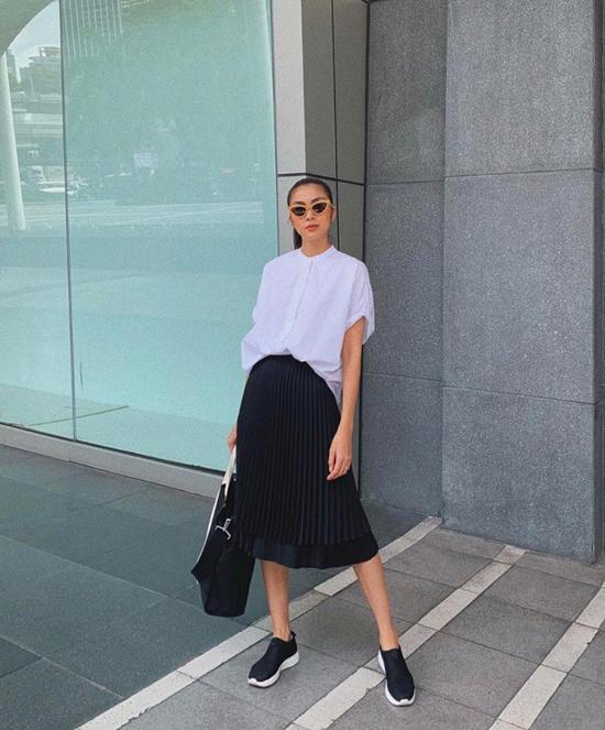 Phong cách vừa trẻ trung vừa thanh lịch và không kém phần năng động với cách mix sơ mi trắng, chân váy xếp ly, giày thể thao và túi tote trên chất liệu thân thiện môi trường.