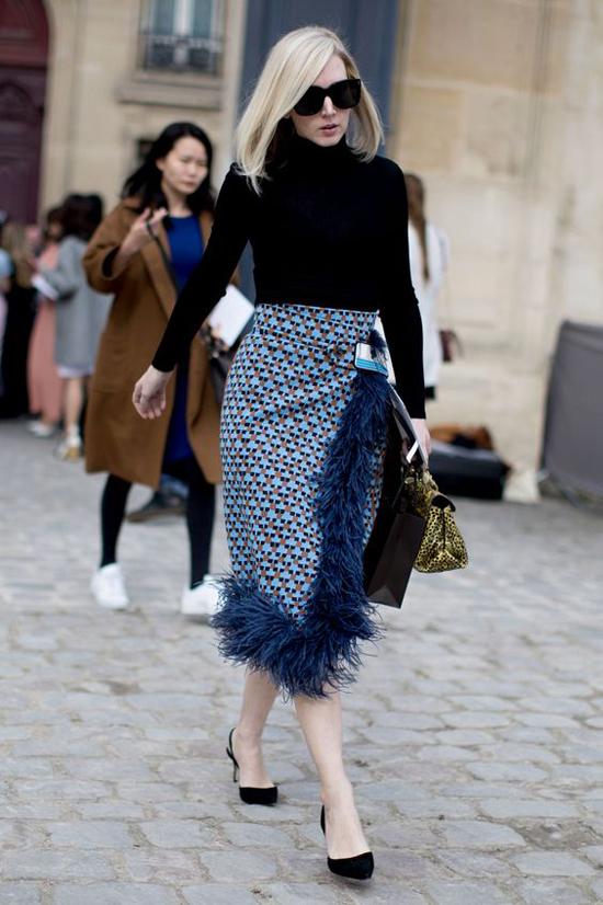 Không tiện lợi bằng váy midi, váy xòe hay váy suông nhưng chân váy bút chì lại có ưu điểm trong việc khai thác nét gợi cảm, hiện đại cho người sử dụng.