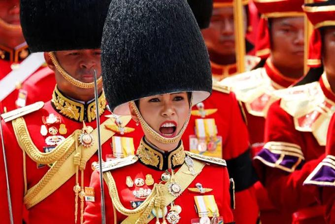Những thành viên hoàng gia luôn được bảo vệ bằng một luật cấm xúc phạm, với mức án có thể lên đến 15 năm tù cho mỗi tội danh. Những hình ảnh và tiểu sử của hoàng gia hiếm khi được công bố khiến nhiều người tò mò về đời sống bí ẩn của hoàng tộc. Hình ảnh và tiểu sử Hoàng quý phi Sineenat Wongvajirapakdi được công bố đã khiến cổng thông tin của Văn phòng hoàng gia Thái Lan bị tắc nghẽn vì quá nhiều người truy cập. Ảnh: Straistimes.