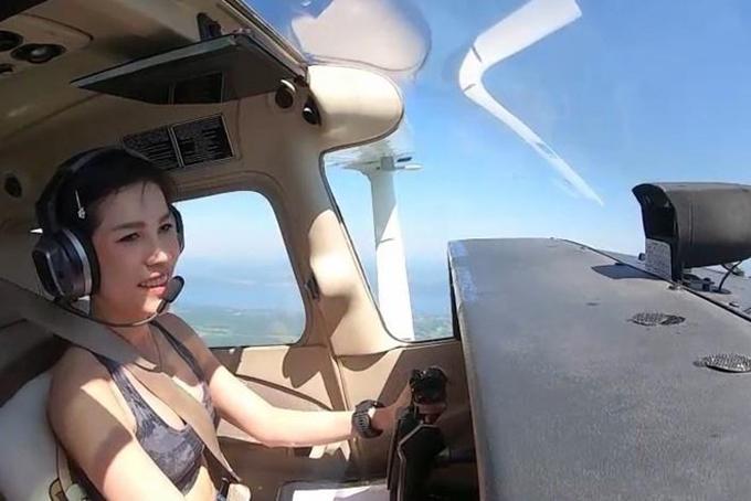 Bức ảnh gây chú ý nhất chính là hình ảnh Hoàng quý phi mặc áo crop top khoe body gợi cảm khi đang lái máy bay trực thăng. Từ năm 2015, bà Sineenat được đưa vào đội cận vệ Ratchawallop rồi thăng hàm đại tá. Hoàng gia Thái Lan cho biết bà được huấn luyện trong biên chế không quân vào năm 2018 và đã có bằng phi công tại Đức. Ảnh: Straistimes.