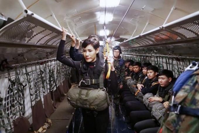 Theo tiểu sử được công bố của Văn phòng hoàng gia Thái Lan, bà Sineenat sinh ngày 26/1/1985 tại tỉnh Nan. Hoàng quý phi từng là bác sĩ quân y và là một trong những cận vệ của nhà Vua. Bà từng tham gia nhiều chương trình huấn luyện tác chiến trong rừng, rèn luyện sức bền chiến đấu, kỹ năng cận vệ hoàng gia và nhảy dù. Ảnh: Straistimes.