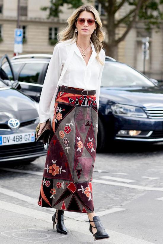 Chân váy thêu với nhiều sắc màu bắt mắt thường được kết hợp cùng áo đơn sắc để trung hòa cho tổng thể.