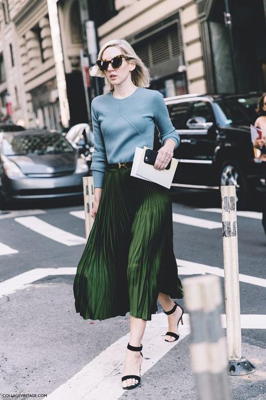 Chân váy xếp ly không phải là xu hướng quá mới mẻ, nhưng chúng vẫn được lòng những cô nàng sành mốt. Chính vì thế, lựa chọn trang phục này cũng là cách giúp các chị em văn phòng thêm cuốn hút hơn khi đi làm.