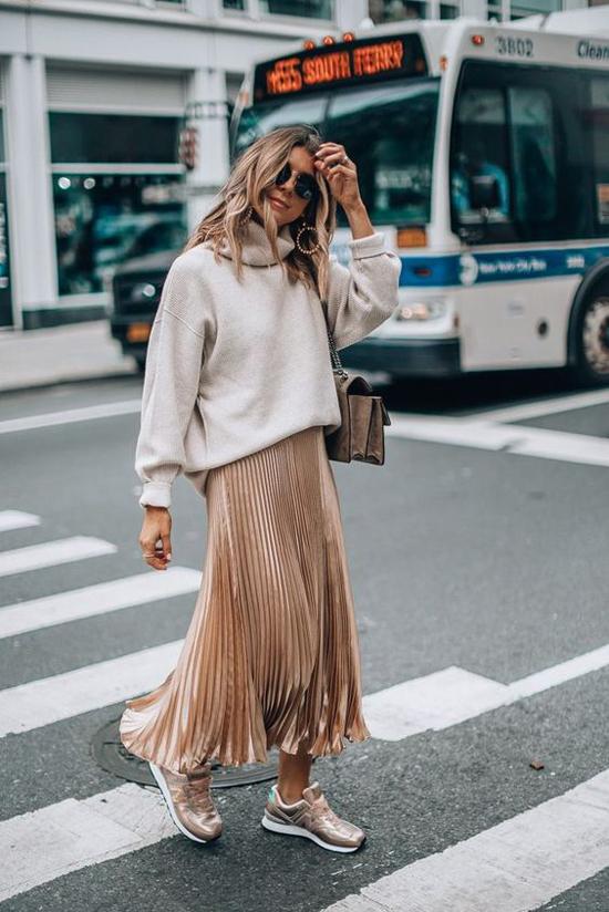 Trong không khí mùa thu, nhiều fashionista chuộng cách diện áo lenm áo nỉ to bản với chân váy điệu đà. Đây cũng là công thức dễ áp dụng để mix đồ hợp mùa.