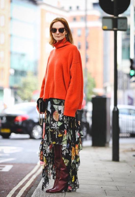 Những kiểu chân váy hoa của mùa hè vẫn có thể mix đồ thu đông khi phái đẹp khéo chọn áo len, bốt cao cổ để kết hợp.