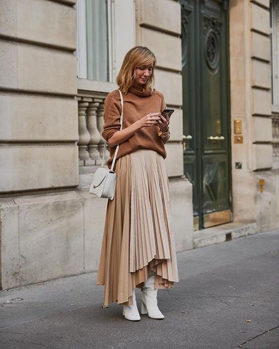 Bên cạnh các kiểu váy midi quen thuộc, nhiều thương hiệu còn giới thiệu những dáng váy xếp ly độc đáo để phái đẹp thỏa sức chọn lựa.