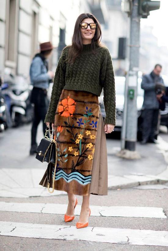 Chân váy họa tiết ở mùa thu đông được thể hiện trên nhiều kiểu chất liệu như dạ, nỉ, lông... nhằm mang tới sự phong phú về mẫu mã.