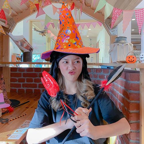 Khả Ngân hỏi fan: Halloween năm này bé nên hoá trang thành nhân vật gì đây nhỉ? Cho bé gợi ý với.