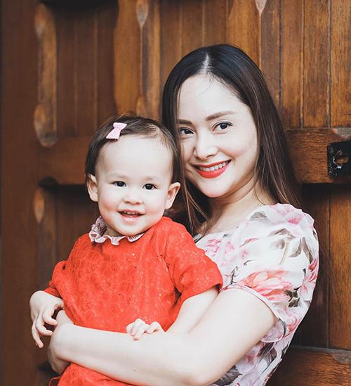 Lan Phương mừng vì sau 8 ngày, con gái Lina 17 tháng đã quen và thích thú đi nhà trẻ.