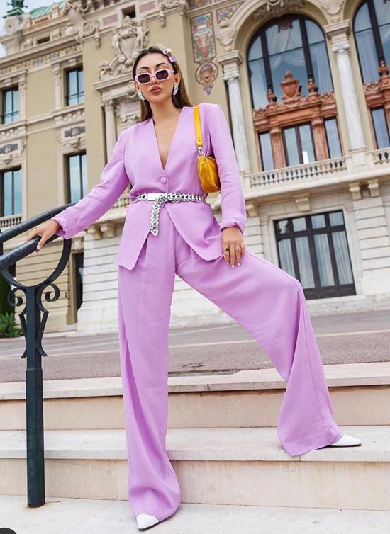 Sắc tím lãng mạn cũng là một trong những tông màu đang được các fashionista thế giới ưa chuộng.