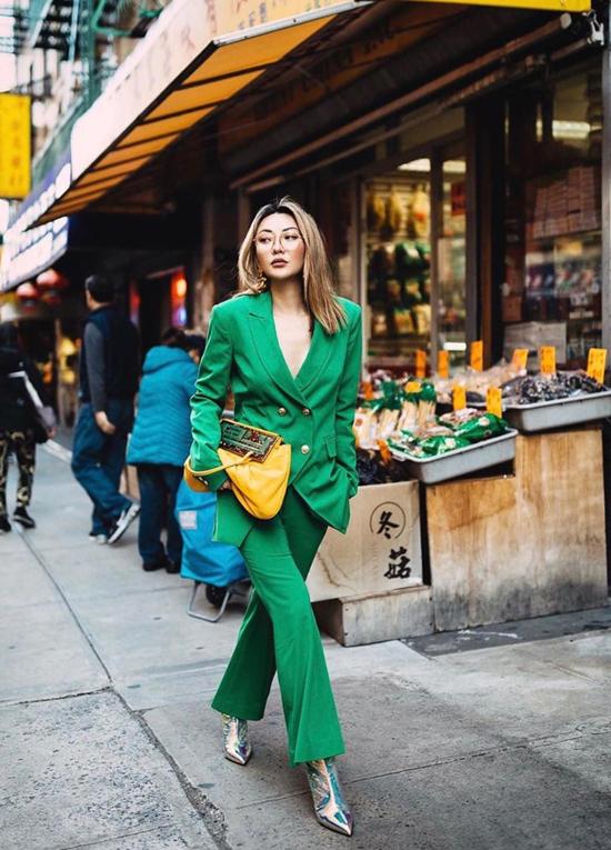 Suit xanh lá và túi xách tay tông vàng mù tạt cũng là cách mix đồ được các nàng đỏm dáng ưa chuộng ở mùa này.
