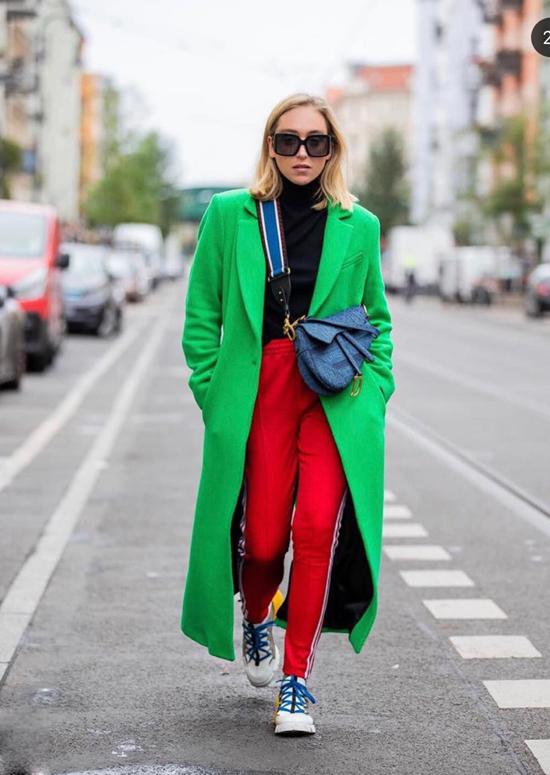 Set đồ thu đông với lối mix-match ngẫu hứng giữa quần thể thao, áo choàng dáng dài vải dạ. Để hoàn thiện set đồ, các nàng đừng quên chọn các kiểu giày thể thao có màu sắc hài hoà cùng trang phục.