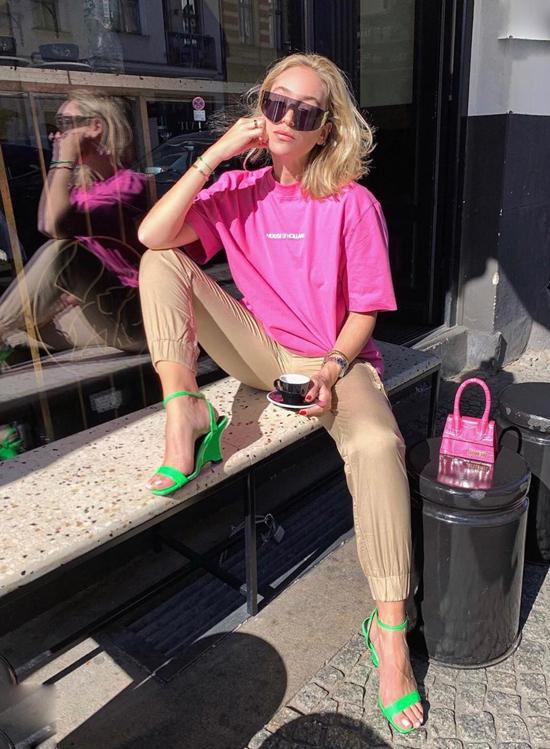 Hồng đậm cho áo thun và túi xách mini, sandal xanh lá và quần màu nude trung hoà cho set đồ đi chơi cuối tuần.