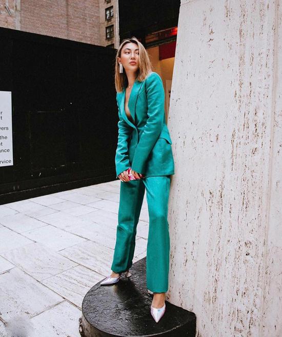 Xu hướng diện suit xuống phố vẫn chưa hạ nhiệt. Khi trang phục màu trung tính đã quá nhàm chán, phái đẹp có thể thử nghiệm những bảng màu tươi sáng hơn.
