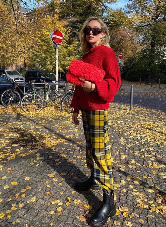 Vào mùa thu đông, trang phục đỏ tươi, đỏ đậm cũng nằm trong danh sách những món đồ được phái đẹp săn lùng. Bởi trang phục màu nóng luôn giúp người có cảm giác ấm áp trong không khí se lạnh.