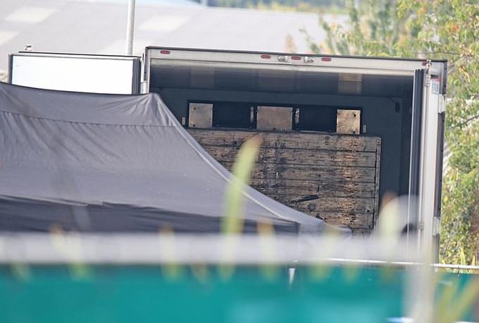 Bên trong thùng xe chở 39 người Trung Quốc di cư bất hợp pháp vào Anh. Ảnh: PA.