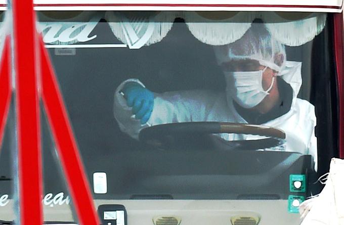Các nhà điều tra khám xét bên trong cabin tài xế của chiếc xe tải hôm 23/10. Ảnh: PA.