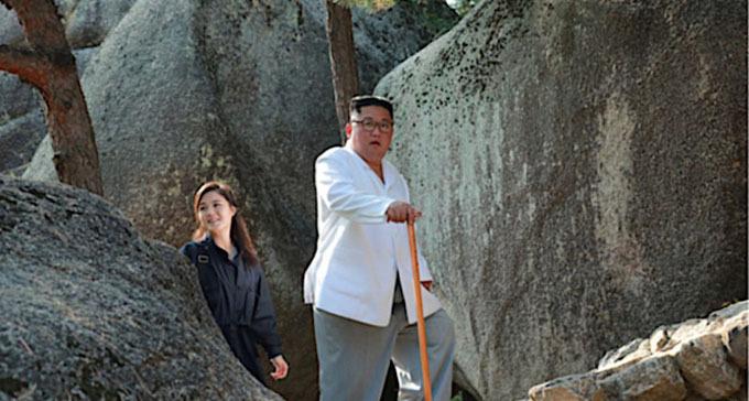 Bà Ri Sol-ju đi sau chồng, Chủ tịch Kim Jong-un, khi đến thăm núi Kumgang hôm 23/10. Ảnh: Yonhap.