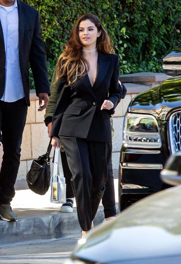 Selena Gomez trên phố hôm 23/10, một ngày sau khi phát hành ca khúc mới.