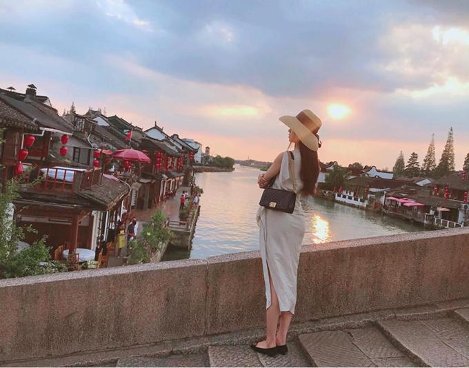 Chọn thời điểm đếnTrung Quốc ngay saudịp tuần lễ vàng - kỳ nghỉ quốc khánh của nước này- nênThúy An may mắn không phải đối mặt với quá đông khách du lịch như tưởng tượng. Cô nàng thảnh thơi ngắm ánh chiều tà trên cây cầu đá cổ ở cổ trấn Chu Gia Giác, ngoại thành Thượng Hải.