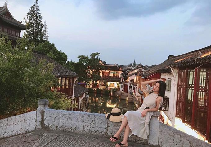 Cổ trấn có 36 cây cầu vòm đá bắc ngang sông làm nhịp nối cho người dân trong làng và xung quanh. Trong đó, cầu Phóng Sinh, cây cầu đá cổ lớn và dài nhất của thành phố Thượng Hải, xây vào năm 1571, được coi là biểu tượng của cổ trấn.
