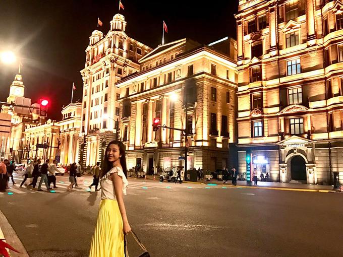 Thúy An gọi chuyến đi của mình là về thăm quê. Cô nàng hào hứng xuống phố, tham quan nhiều địa danh kinh điển trong phim ảnh như bến Thượng Hải - nơi có những công trình cổ kính, mang phong cách châu Âu cổ điển. Những tòa nhà nàyđược bảo tồn nguyên vẹn với kiến trúc hồi đầu thế kỷ, thêm vào đó làhệ thống chiếu sáng đặc biệt, giúp nơi đây trở thành điểm check in nổi tiếng với bất kỳ du khách nào khi đến Thượng Hải.