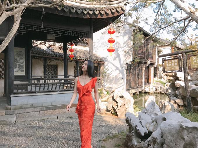 Nàng Á hậu ghé qua Tô Châu lâm viên - một kiểu kiến trúc nhà vườn điển hình ở vùng Giang Nam, đồng thời cũng được công nhận là Di sản thế giới của UNESCO từ năm 1997. Hiện ở Tô Châu có khoảng 200 lâm viên, trong đó 69 vườn được bảo tồn hoàn chỉnh, 19 vườn mở cửa đón khách như Chuyết Chính Viên, Lưu Viên, Võng Sư Viên, Hoàn Tú Sơn Trang, Thương Lang Đình, Sư Tử Lâm Viên, Nghệ Phố, Ngẫu Viên, Thoái Tư Viên.