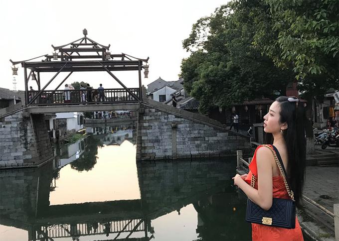 Câu cầu đá cùng vọng lầu in hình trên mặt nước ở Đồng Lý. Khách du lịch nào tới đây cũng muốn chụp bằng được tấm hình check in kinh điển này.