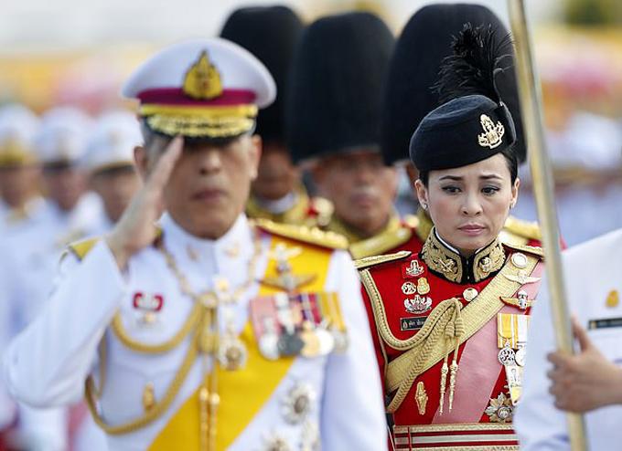 Suthida xuất hiện bên cạnhQuốc vương Vajiralongkorn trong lễ truy điệuquốc vương quá cố Bhumibol Adulyadej, ởBangkok, 2016. Ảnh: EPA.