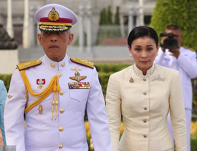 Vua Vajilongkorn và Hoàng hậu Suthida tỏ lòng tôn kính trước một bức tượng của cựu vương Rama V ở Bangkok sau nghi lễ kết hôn hôm 1/5. Ảnh: EPA.