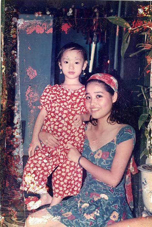 Ca sĩ Trà My Idolđăng ảnh hồi nhỏ chụp cùng người chị họ: Hồi nhỏ cũng bông tai lủng lẳng. Công nhận mấy bà chị họ mình hơn 20 niên trước mà nhìn hot quá.