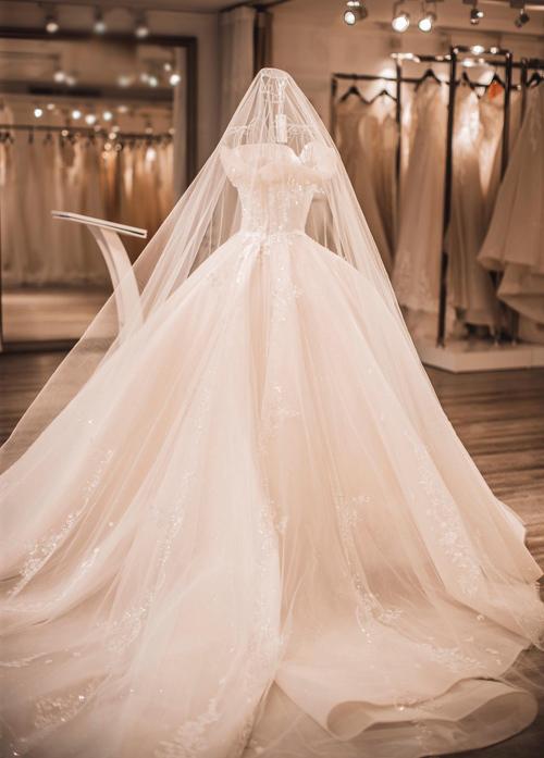 Chiếc váy phom xòe bồng bềnhgiúp cô dâuthỏa ước mơ trở thành công chúa từ thuở bé. Nhưng trong vô vàn những thiết kế dáng xòe, làm thế nào để tạo dấu ấn riêng là điều mà cô dâu gửi gắm vào nhà thiết kế của mình.