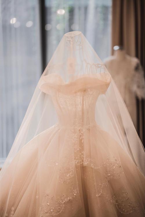 Lời giải cho bài toán ấy nhanh chóng được bà tiên váy cướiPhương Linh đưa ra bằng thiết kế vai ngang độc đáo lấy cảm hứng từ bông hoa calla trắng muốt tượng trưng cho tình yêu vĩnh cửu...