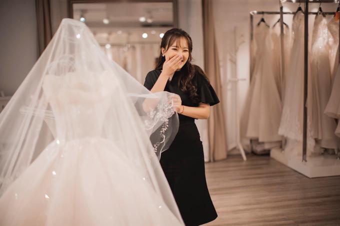 Khoảnh khắc đầu tiên khi chạm tay vào chiếc váy cưới trong mơ, Nhật Lệcảm thấy vô cùng xúc động. Bởi hôn lễ không chỉ là ngày vui mà còn đem một ý nghĩa thiêng liêng với mối tình kéo dài 8 năm của cô. Nhật Lệ và chú rể đều là mối tình đầu của nhau.