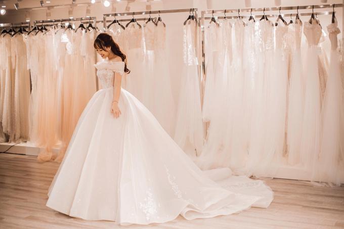 NTK lựa chọn dáng váy đuôi dài để phù hợp với vóc dáng thanh thoát của cô dâu và tăng độ uyển chuyển khi tân nương dạo bước.