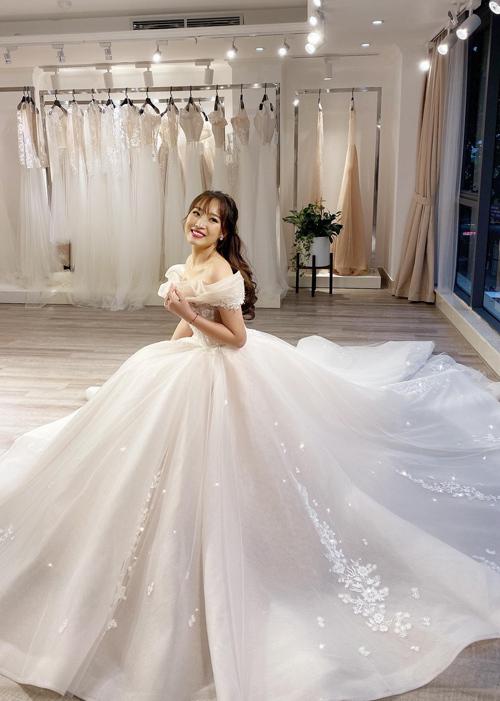 Váy không lạm dụng đính hạt đá nhưng vẫn có độ bắt sáng nhờ chất liệu vải dệt sequin cao cấp.