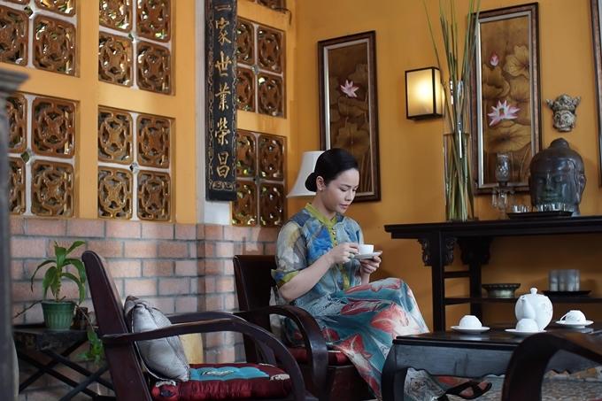 Nhật KIm Anh trong bối cảnh phòng khách nhà bà Dung.