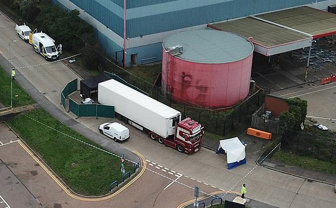 Chiếc xe tải chở thi thể 39 người đỗ ở khu công nghiệp Waterglade, gần London, Anh hôm 23/10. Ảnh: splashnews.