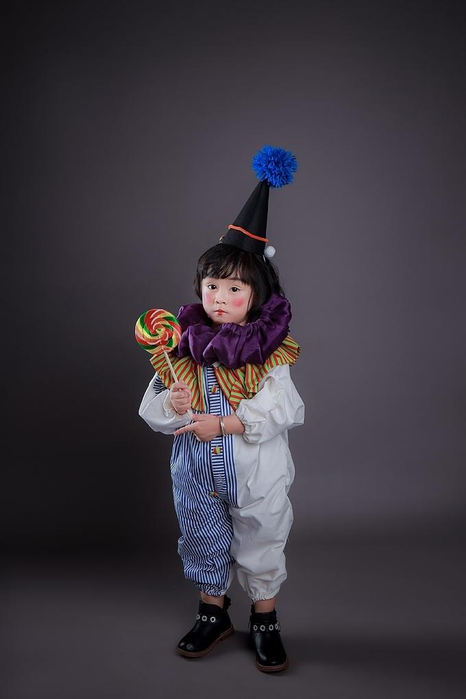 Lấy cảm hứng từ hình ảnh chú hề, BST được thiết kế với các họa tiết đặc trưng của trang phục của nhân vật nổi tiếng này như cách xếp bèo nhún ở cổ và tay áo.Những quả cầu bằng bông nhiều màu, họa tiết chấm bi hoặc ca-rô trên áo và váy đã tạo nên những bộ trang phục vừa gần gũi với thế giới tuổi thơ nhưng cũng sáng tạo, độc đáo. Đây sẽ là những gợi ý thú vịđể các bậc phụ huynh lựa chọn cho các bé vui hội Halloween năm nay.
