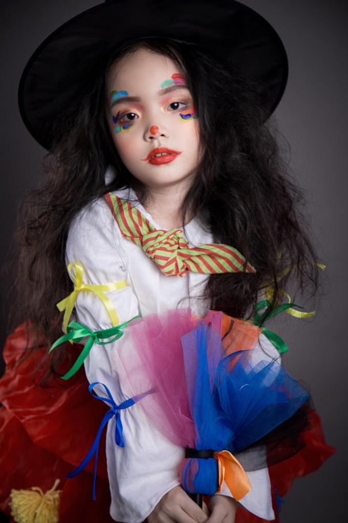BéKitty Thiên Kim nổi bật trong bộ trang phụckết hợpđồchú hề và phù thủy. Cô bé 6 tuổiđang là gương mặt đượcyêu thích trên các sàn diễn thời trang.