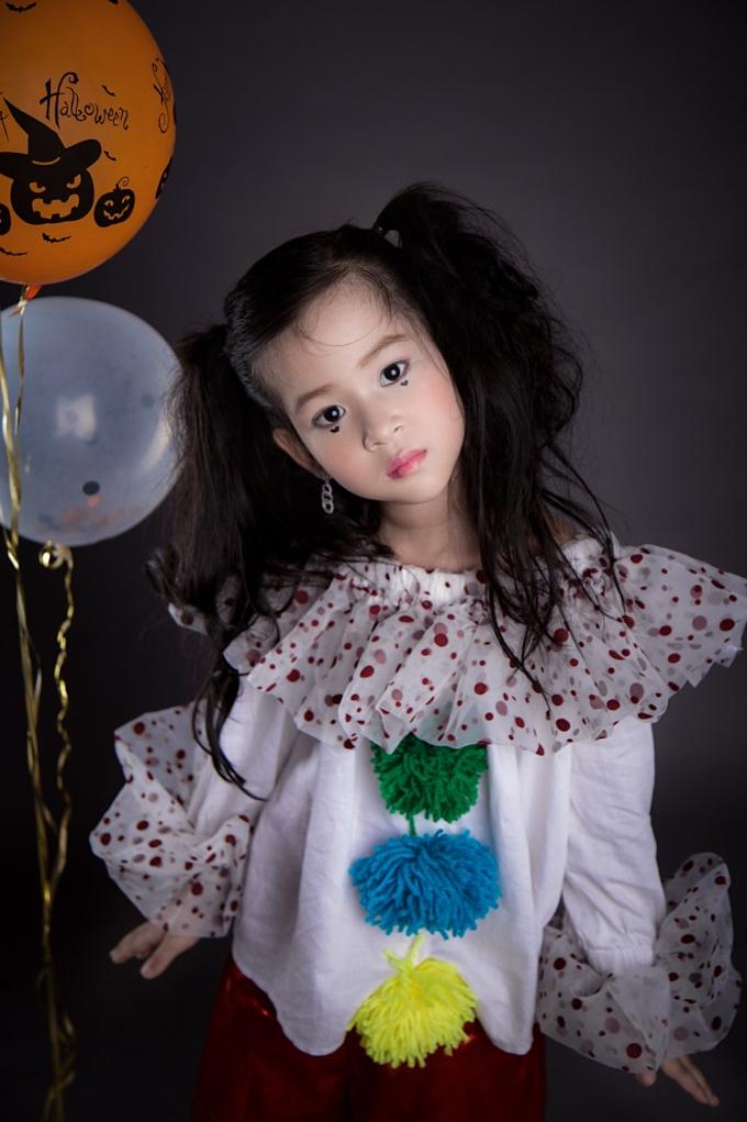 Cô bé 5 tuổi là học trò của người mẫu My Lê trong câu lạc bộ thời trang nhí Starkids.