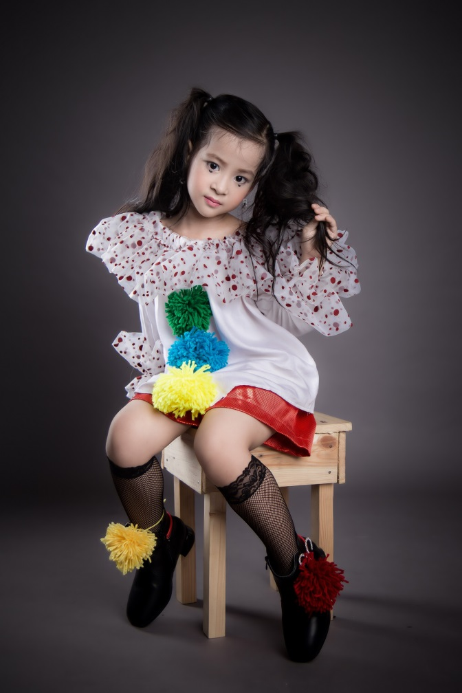 Mẫu nhí 5 tuổi Mỹ Kỳthể hiện thần tháiphong cách chú hềcá tính theo yêu cầu của nhà thiết kế trong bộ ảnh thời trang chuyên nghiệp.