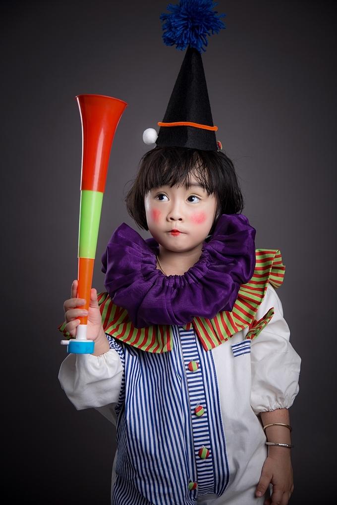Nàng út hạt tiêu của câu lạc bộ thời trang nhí Starkids, cô bé Tống Mỹ Anh 4 tuổi tạo dángtrong bộ jumsuit chú hề được cách điệu thời trang.