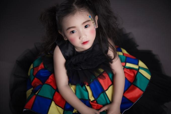 Với bộ váy họa tiết ca-rô nhiều màu sắc cùng gương mặt xinh xắn, mẫu nhí Lily Yến Oanh thể hiện bébúp bê ngọt ngào, khác biệt trong mùa Halloween.