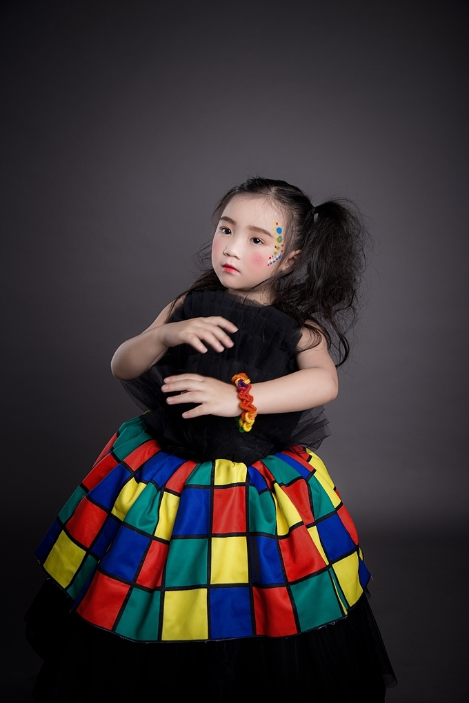 Họa tiết xếp tầng trên thân áo đang là xu hướng được ưa chuộng trong các mẫu thiết kế đầm dành cho bé gái. Sự phá cách khi kết hợp màu sắc tạo nên điểm nhấn cho bộ trang phục.