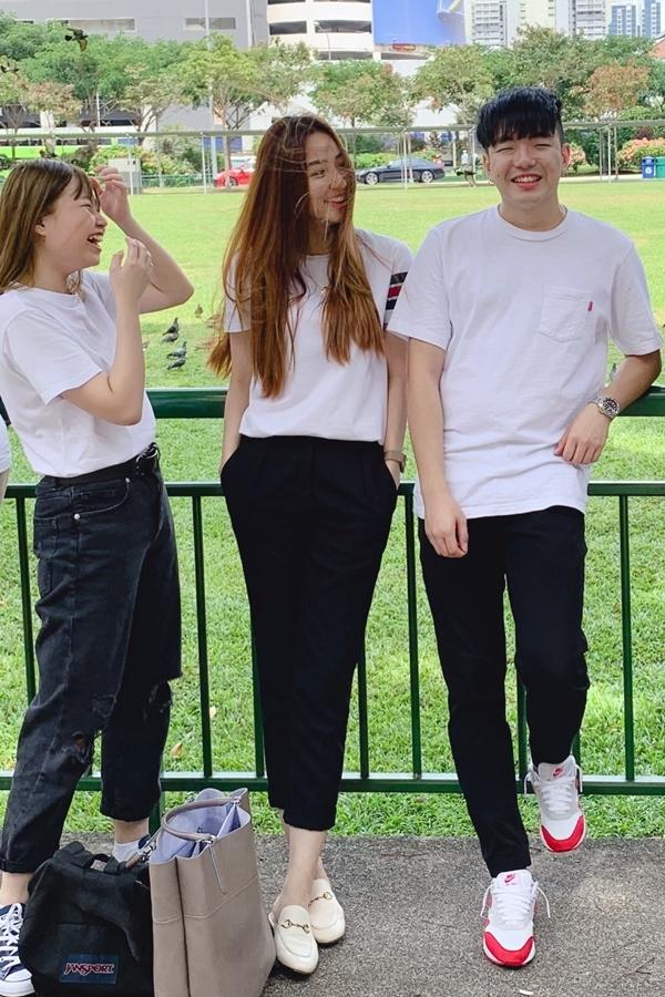 Ngân Khánh (giữa) bên các bạn học ở Singapore.